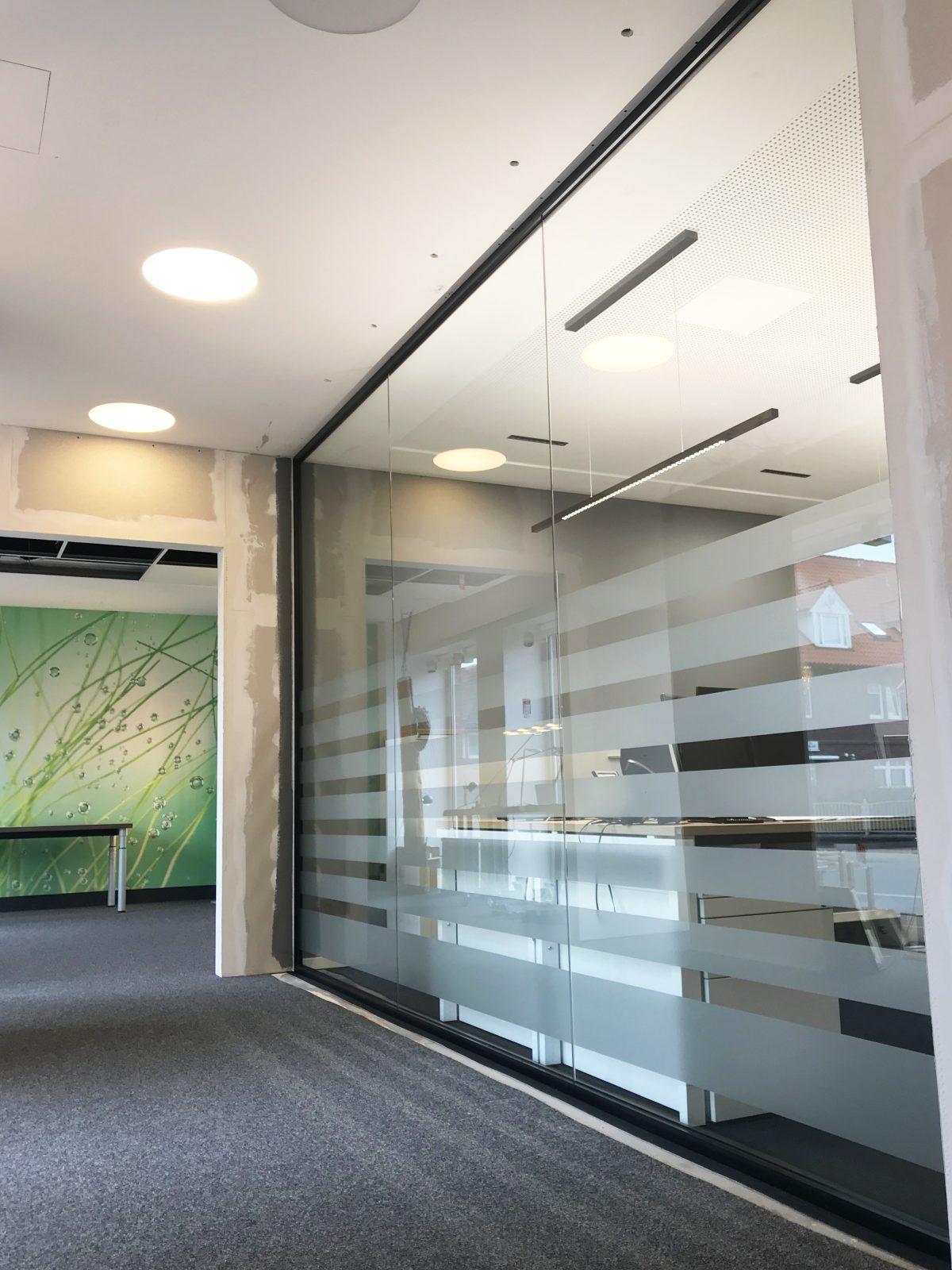 Moderne Buro Trennwand In Schwarz Glaserei Rolf Weber Gmbh